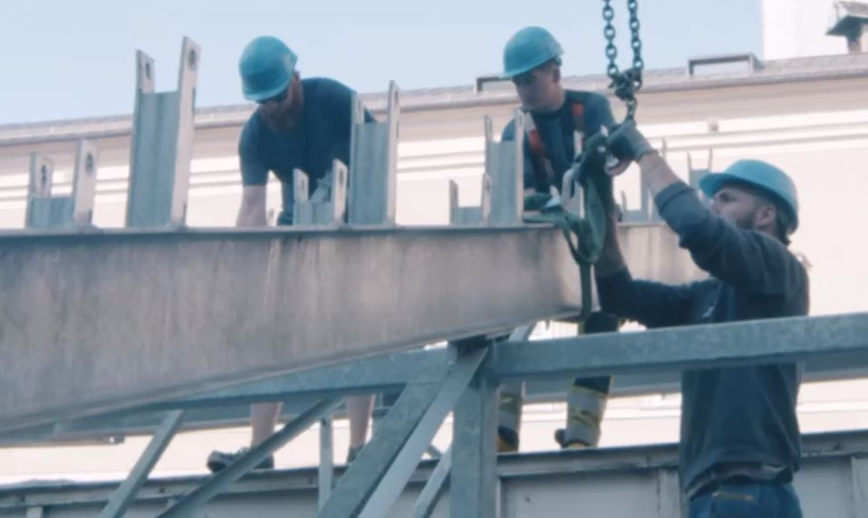 3 Stahlbaumonteure arbeiten auf einem Gerüst vor dem Salzburger Dom