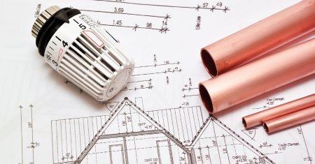 Bild mit Haustechnik Plan, aus dem ein Heizungsregler und 4 Kupferrohre liegen