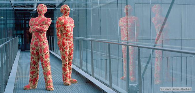 2 Skulpturen, die im gang eines modernen Bürohauses stehen