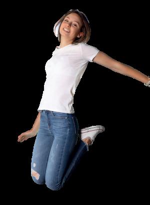springende junge Frau in Jeans und weißem T-Shirt