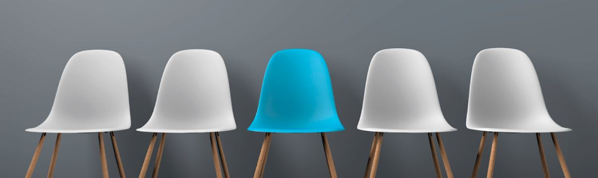 5 leere weißgraue Sessel bis auf den mittleren, der ist blau